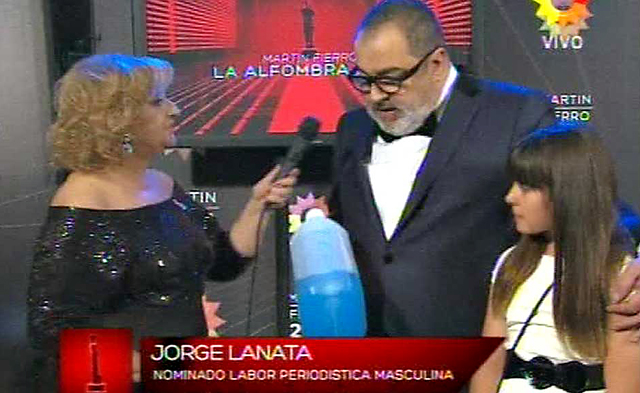 Jorge Lanata subió a recibir su Martín Fierro con un bidón de nafta