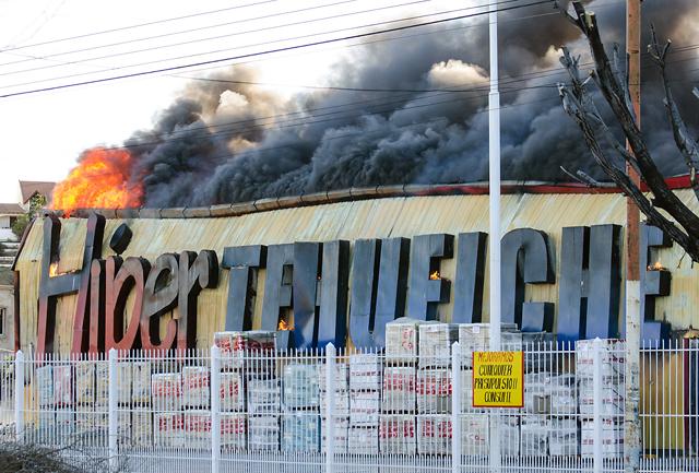 Destrucción total del edificio del Hipertehuelche en Caleta Olivia - Foto: OPI Santa Cruz/Daniel Bustos