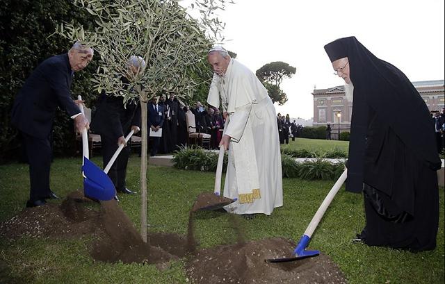 """El Papa rezó con Peres y Abbas y pidió que sea el """"comienzo de un camino nuevo"""""""