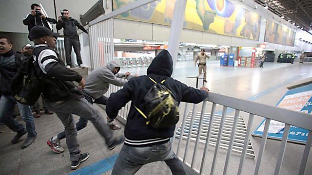 Gases lacrimógenos y balas de goma en San Pablo por un paro de metro