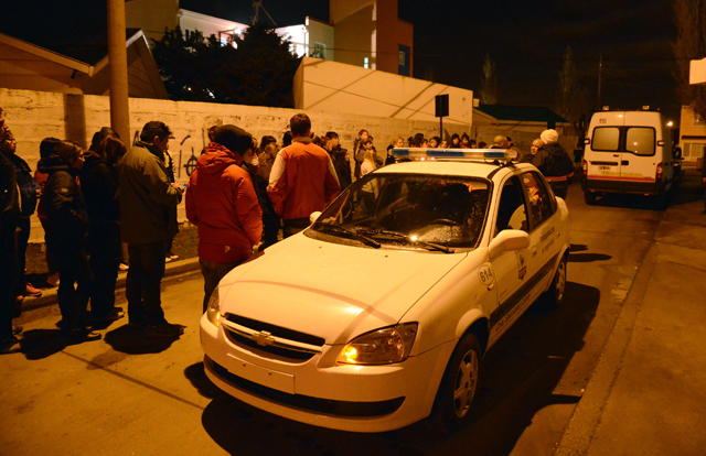 La noche que falleció Abigaíl familiares y amigos se concentraron frente a la morgue - Foto: OPI Santa Cruz/Francisco Muñoz