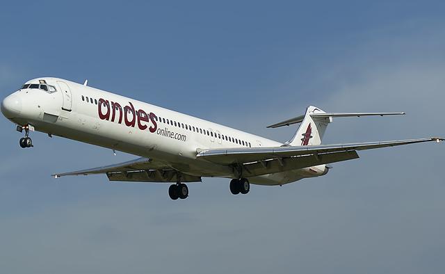 """Un avión de la empresa """"Andes"""" perdió valijas en pleno vuelo"""