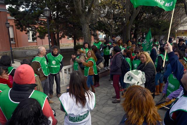 ATE marcha a la Secretaría de Trabajo y gobierno, SOEM en alerta y paro, ADOSAC, CTA y APROSA paran mañana jueves - Foto: OPI Santa Cruz/Francisco Muñoz