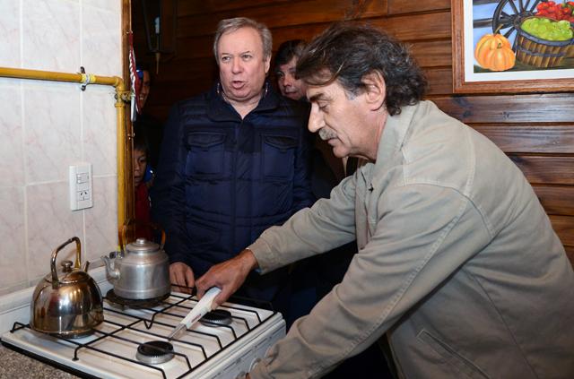El Gobernador de Santa Cruz ayer en el barrio Forestal - Foto: OPI Santa Cruz/Francisco Muñoz