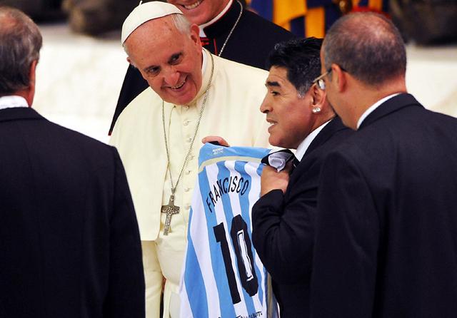 Juntos por la paz: un momento especial entre el Papa Francisco y Maradona