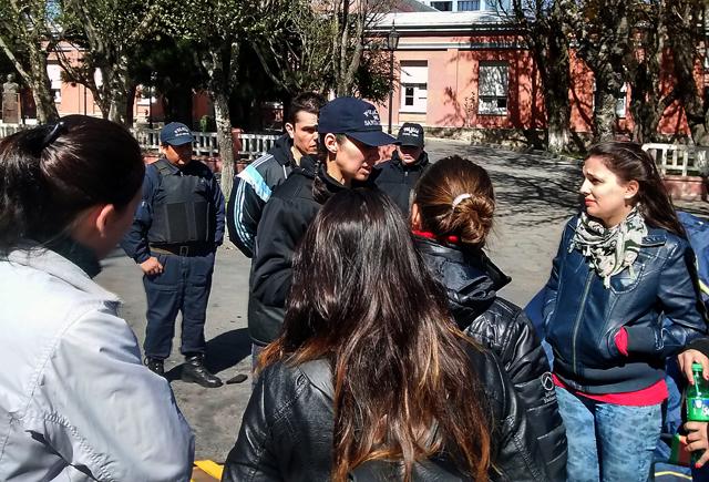 Jóvenes hijos de jubilados y fallecidos de la Administración Pública le protestan en la puerta, al Ministro Garrido