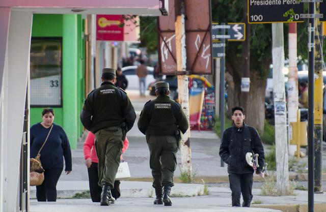 La Gendarmería Nacional patrulla las calles de Caleta Olivia - Foto: OPI Santa Cruz/Daniel Bustos