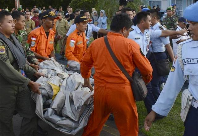 Hallan el lugar exacto donde se estrelló el avión de AirAsia: recuperan cuerpos