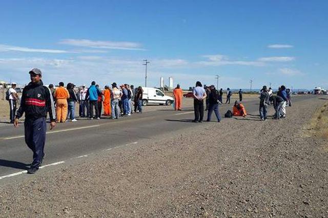 Por falta de pago, obreros de Austral Construcciones cortan ruta y amenazan con otras medidas - Foto: Gentileza Voces y Apuntes