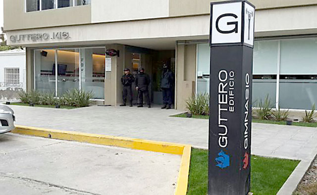 Guttero el edificio donde fue detenido Claudio Vidal esta madrugada - Foto: Gentileza Vocesyapuntes