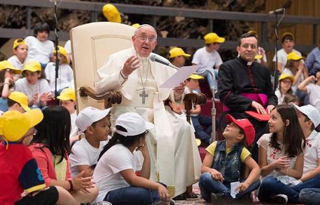 El Papa, rodeado de miles de niños en el Vaticano