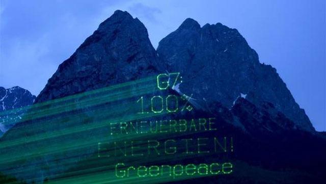 Greenpeace reclama con láser sobre los Alpes bávaros