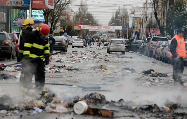 La Av. Néstor Kirchner con basura en varias cuadras – Foto: OPI Santa Cruz/Francisco Muñoz