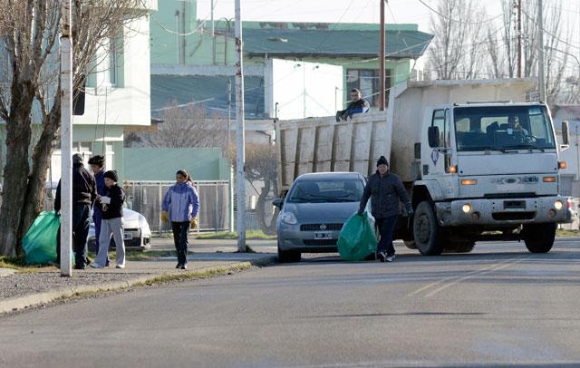 Solución Grasso: mujeres recogen la basura en Río Gallegos, con camiones de Lázaro Báez