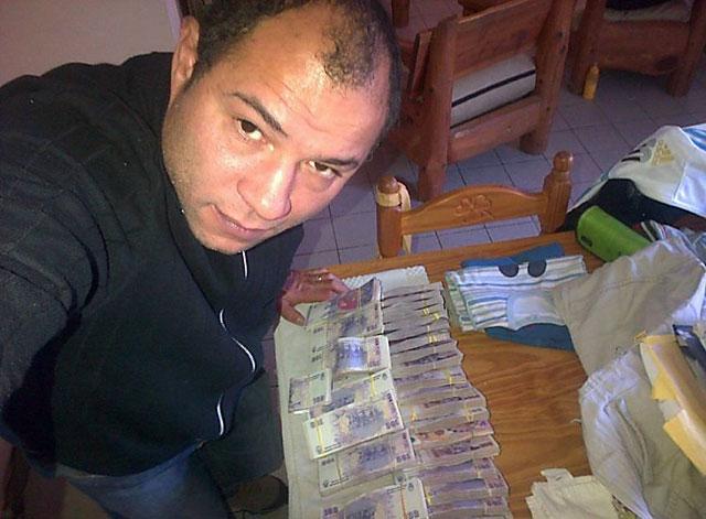La foto de la polémica: armador de las PASO para Máximo en Pico Truncado, en selfie con 300 mil pesos