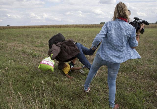 Indignación con una periodista húngara que les hizo zancadillas a inmigrantes