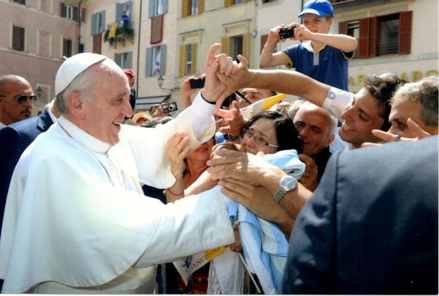 """El papa Francisco cuestionó a las familias que cuando comen """"están pegadas a la computadora y al celular"""""""