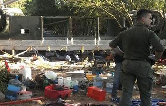Desbarrancó un micro que transportaba gendarmes en Salta: al menos 40 muertos
