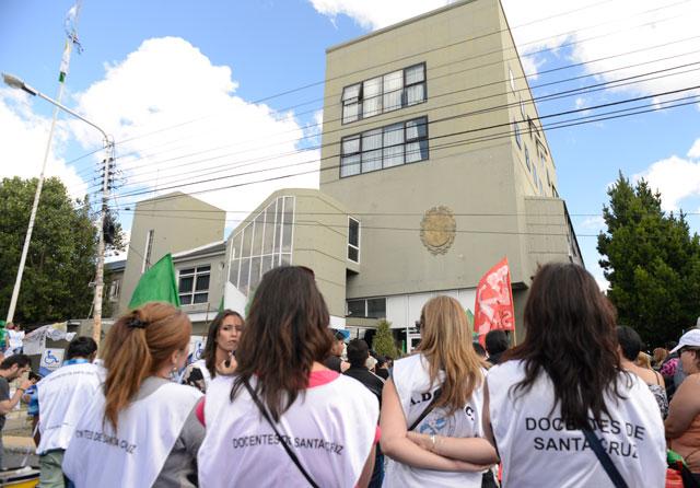 Santa Cruz sin clases: lunes y martes para ADOSAC, miércoles y jueves ATE