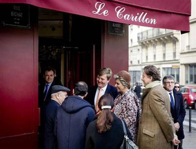 Máxima, conmovida al visitar uno de los cafés de los atentados de París