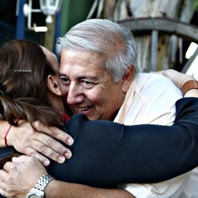 """Gabriela Michetti se abrazó en Madryn con un """"veterano de guerra"""" trucho"""