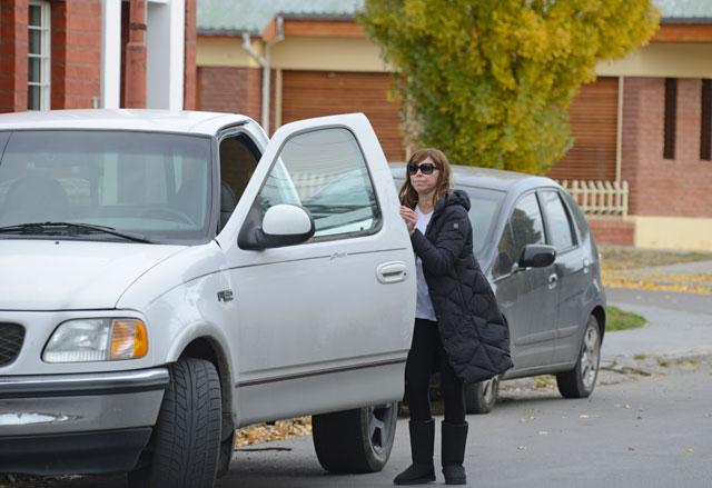 Luciana Báez ingresa a su domicilio particular de la calle Alcorta en Río Gallegos - Foto: OPI Santa Cruz/Francisco Muñoz