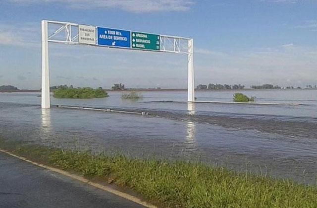 La autopista Rosario-Santa Fe quedó bajo el agua por las lluvias