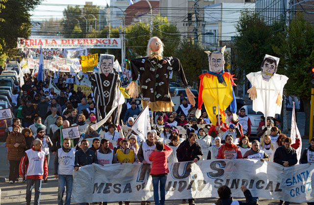 Unas 15 mil personas en las calles de Río Gallegos y carpas frente a casa de gobierno
