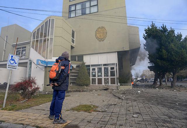 Los manifestantes destrozaron el  frente de la Cámara de Diputados de Santa Cruz – Foto: OPI Santa Cruz/Francisco Muñoz