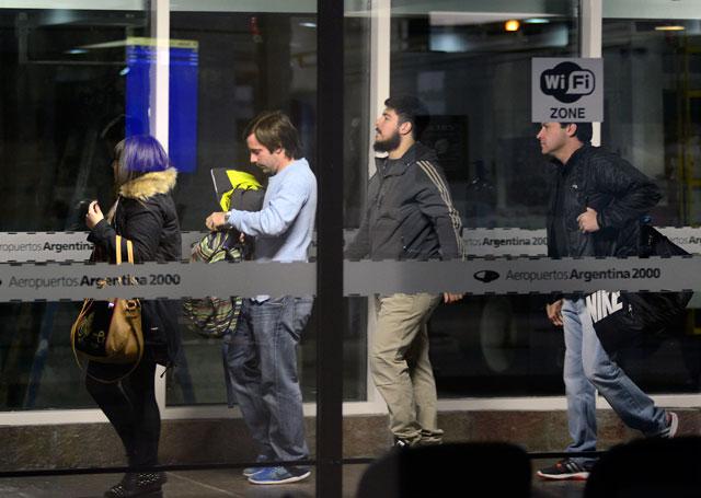 Leandro, Melina y Luciana Báez partieron rumbo a Buenos Aires desde Río Gallegos, Luciana acompañada de su pareja Marcos Muller – Foto: OPI Santa Cruz/Francisco Muñoz