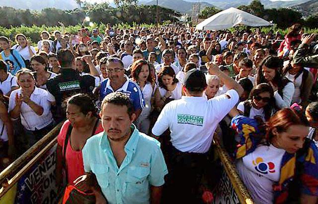 Miles de venezolanos cruzan a Colombia en busca de comida