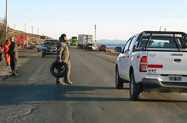 Municipales vuelven a la ruta en Caleta y cortan de manera total por falta de pago - Foto gentielza: Voces y Apuntes