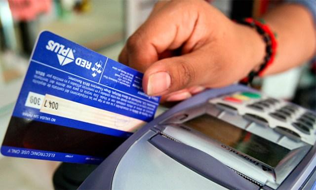 Comercios y prestadores de servicios deberán aceptar los pagos con débito