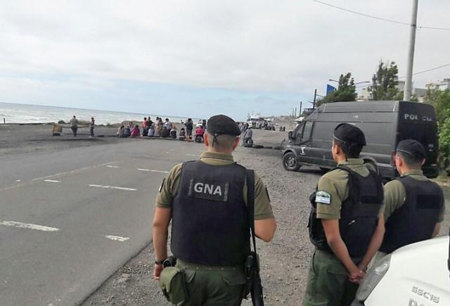 Municipales, ATE y ex Fundación Olivia, cortan la ruta 3 en Caleta - Foto: Voces y Apuntes