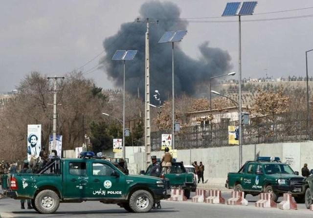Terroristas del ISIS se disfrazan de médicos y atacan el mayor hospital de Kabul: 30 muertos