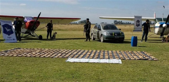 Traían droga en aviones y la bajaban en rutas vecinales del interior bonaerense