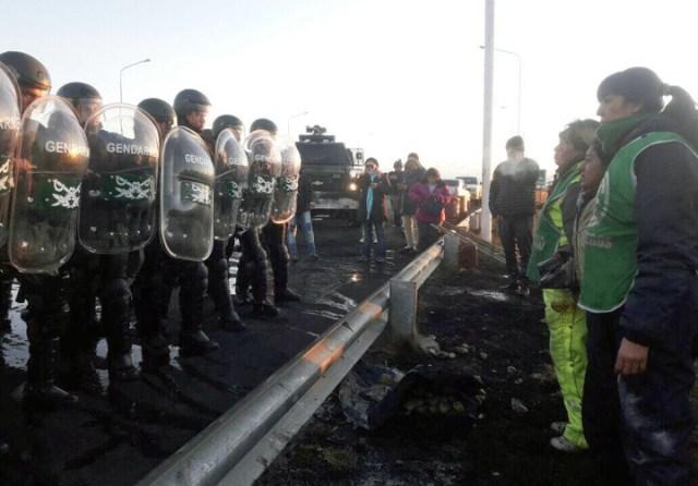 Gendarmería desalojó a ATE de la ruta. Hay dos detenidos y diez personas afectadas por golpes y gas pimienta