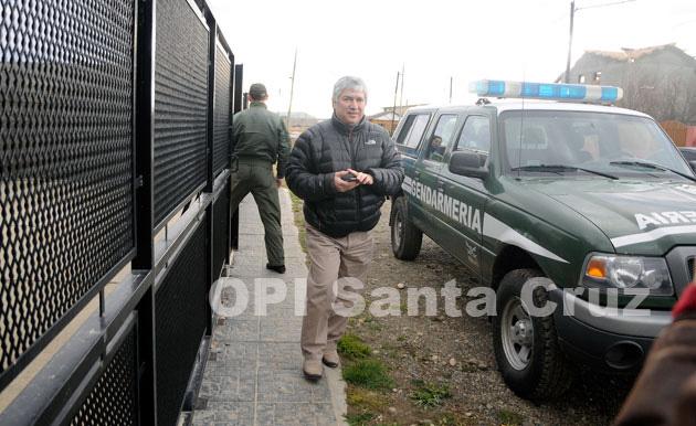 Lázaro Báez saliendo del depósito de Guer Aike. Fastidiado por el ingreso a la fuerza de G.N. - Foto Francisco Muñoz - OPI Santa Cruz