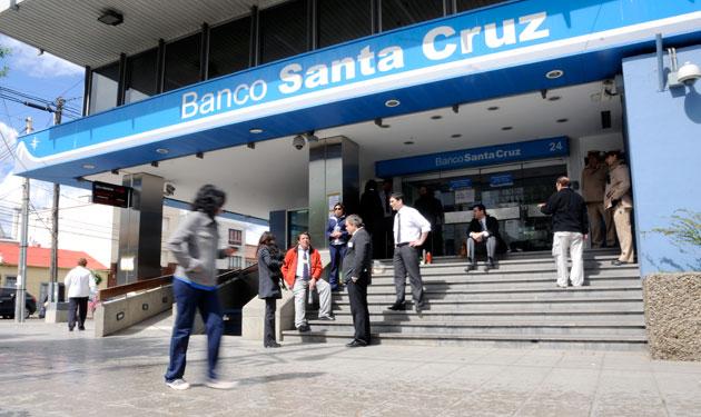 Los empleados del banco Santa Cruz en la puerta de la casa central en Río Gallegos - Foto: OPI Santa Cruz/Francisco Muñoz