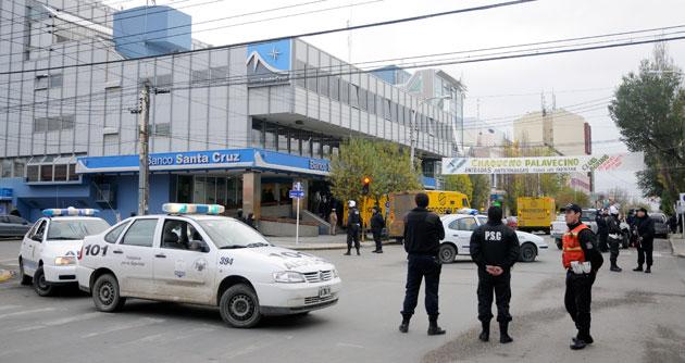 Gran despliegue policial frente al Banco Santa Cruz esta tarde - Foto: OPI Santa Cruz/Francisco Muñoz