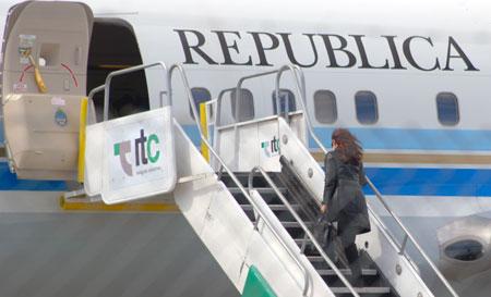 La Presidente Cristina Fernández de Kirchner aborda el Tango 01 en el aeropuerto de Río Gallegos – Foto: OPI Santa Cruz/Francisco Muñoz