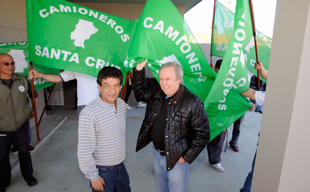 Ayer Juan Almada Secretario General de Camioneros Santa Cruz recorrió las obras junto al Gobernador Daniel Peralta - Foto: OPI Santa Cruz/Francisco Muñoz