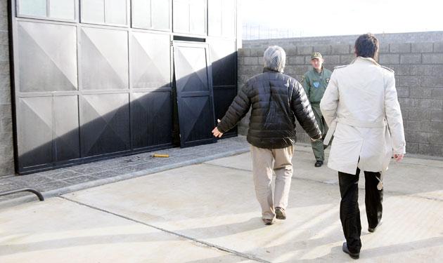 El empresario Lázaro Báez y su abogado Juan Pablo Gregori ingresan al galpón de la calle Güer Aike - Foto: OPI Santa Cruz/Francisco Muñoz