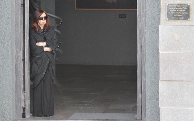 Cristina Fernández de Kirchner en la puerta del Mausoleo familiar esta tarde - Foto: OPI Santa Cruz/Francisco Muñoz