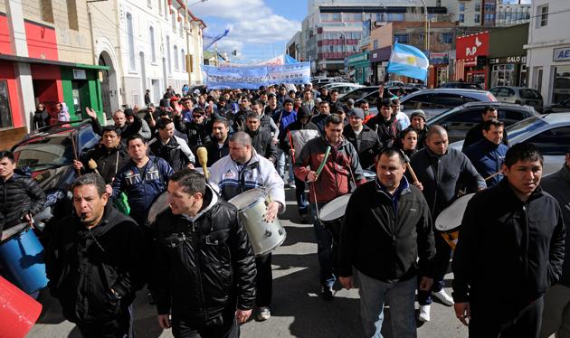La marcha de los policías esta tarde en Río Gallegos - Foto: OPI Santa Cruz/Francisco Muñoz