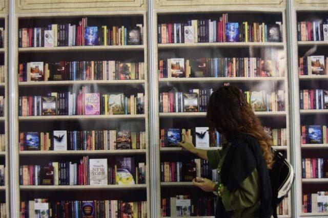 Când vrei să ai o bibliotecă în casă, dar te rezumi la un tapet. :))