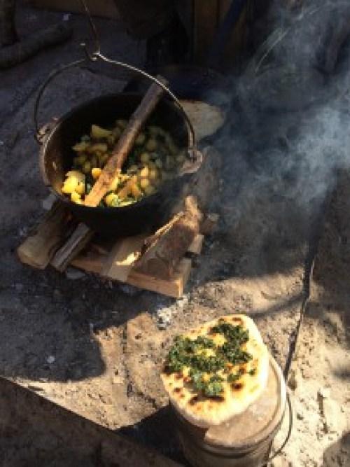 Met een Dutch Oven kan je veel. Hier een simpel gerecht met een bannock met (wildpluk) pesto.