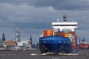 Schiff vor Stadtkulisse