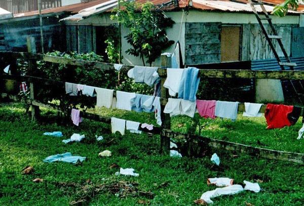 Wäsche trocknen überm Zaun