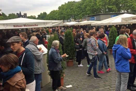 Viele Besucher auf dem Weinmarkt